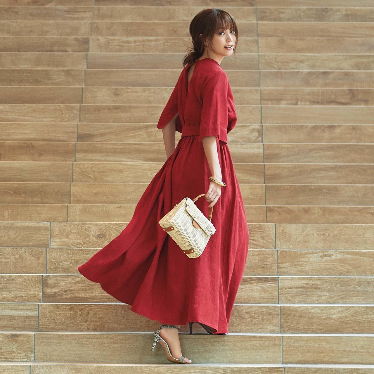 赤いワンピースを着用したモデルの蛯原友里さん