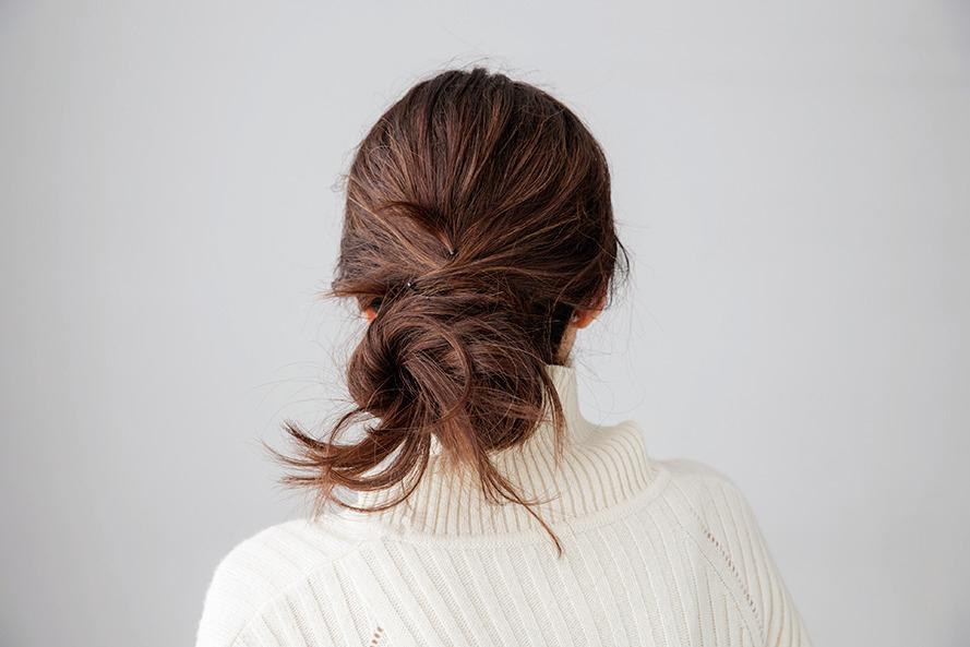 ささっと、簡単!ニットを着る日の「女っぷりヘアアレンジ」_2_1-2