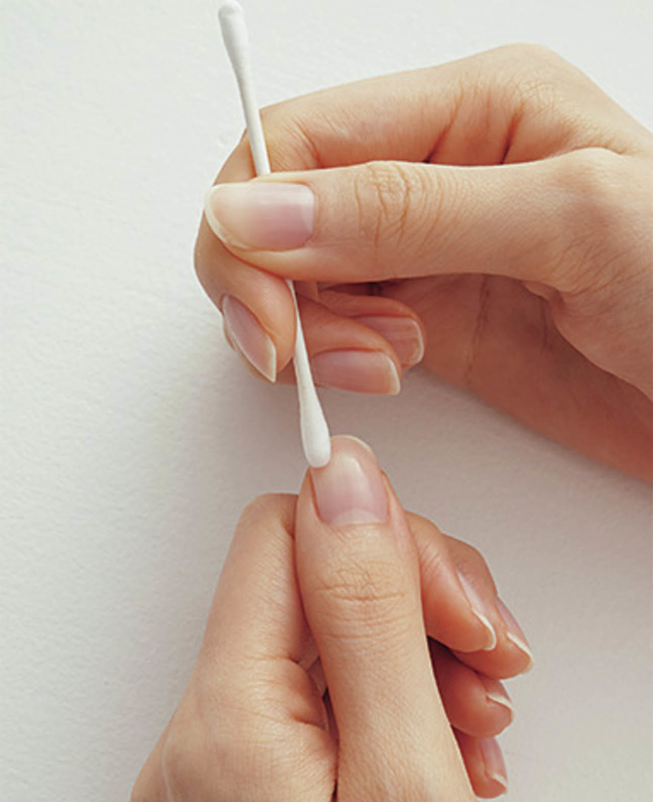 綿棒にネイルリムーバーかアルコールをしみ込ませ、爪の表面をていねいにふき取って、油分を落とす