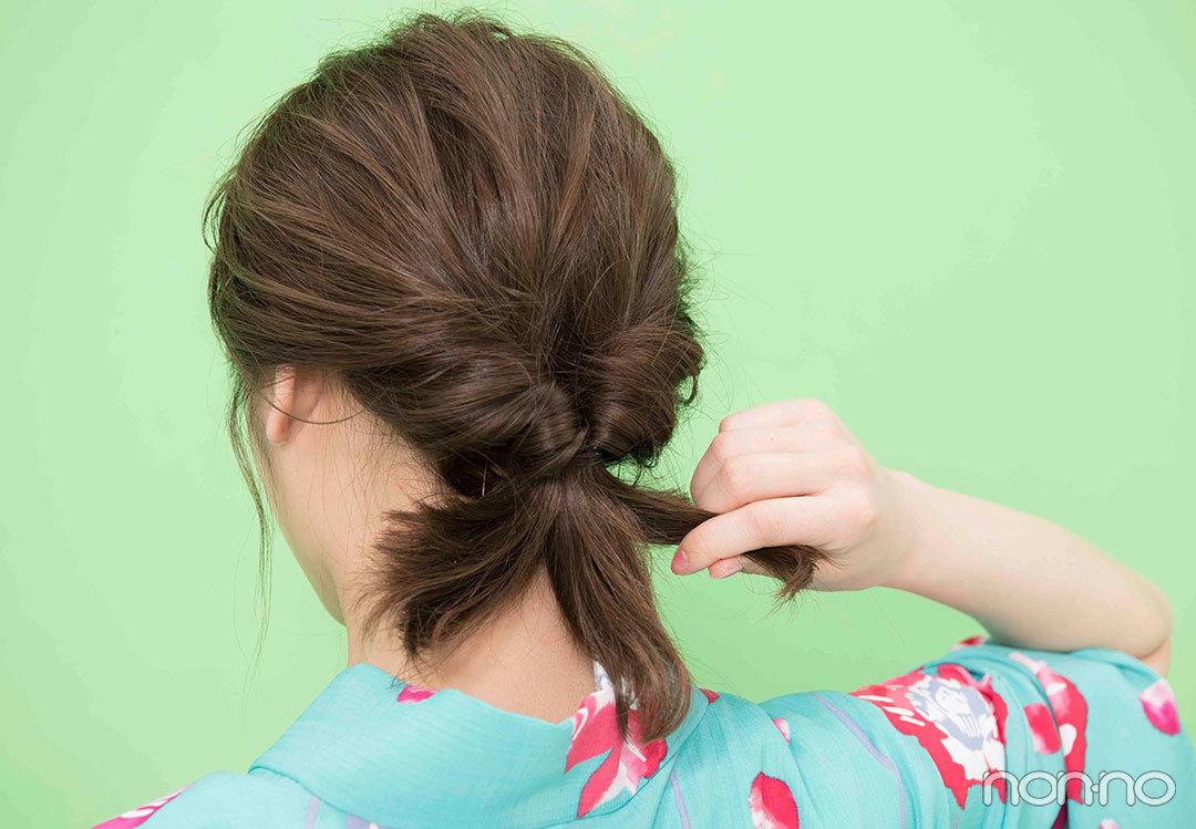 Step1. くるりんぱしたら毛束を3つに 髪全体を手ぐしでひとつにまとめてゴムで結ぶ。くるりんぱしたら毛束を3つに分ける。