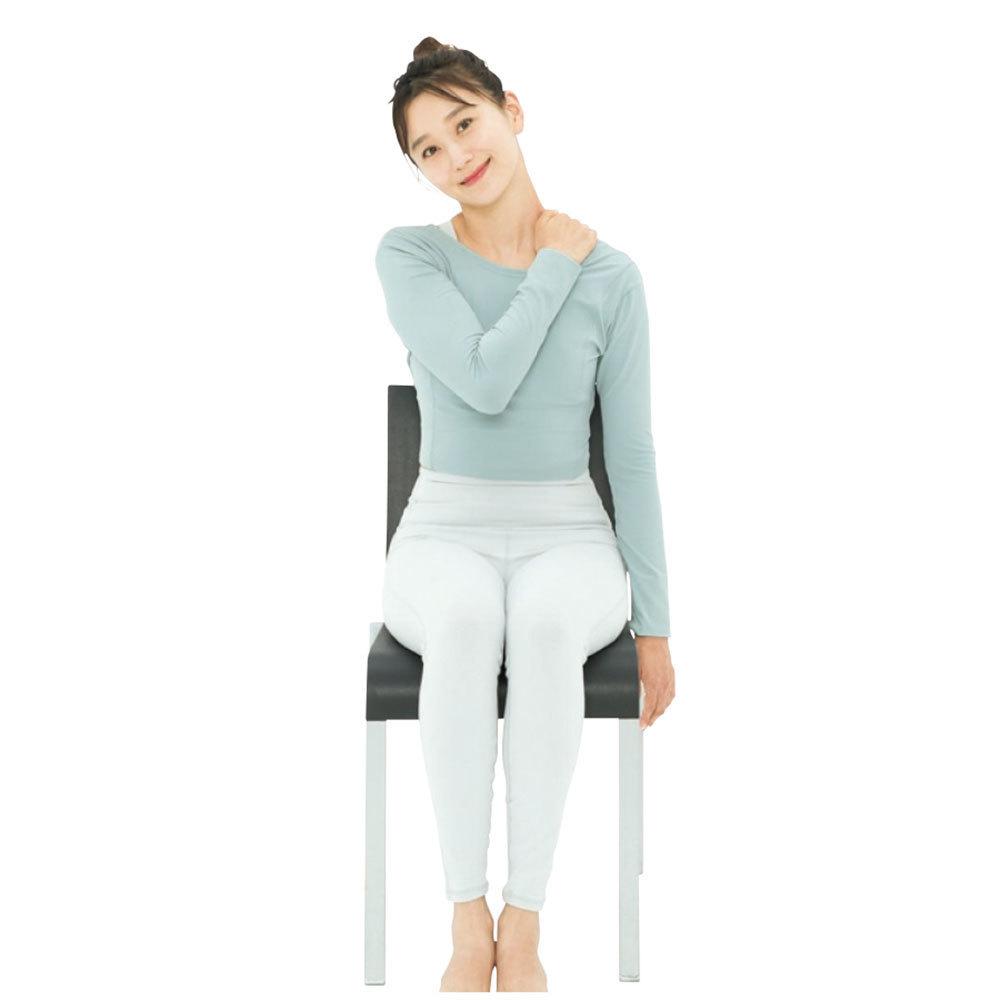 右手で左肩が上がらないように下に押さえつけながら、首を右側に倒す。