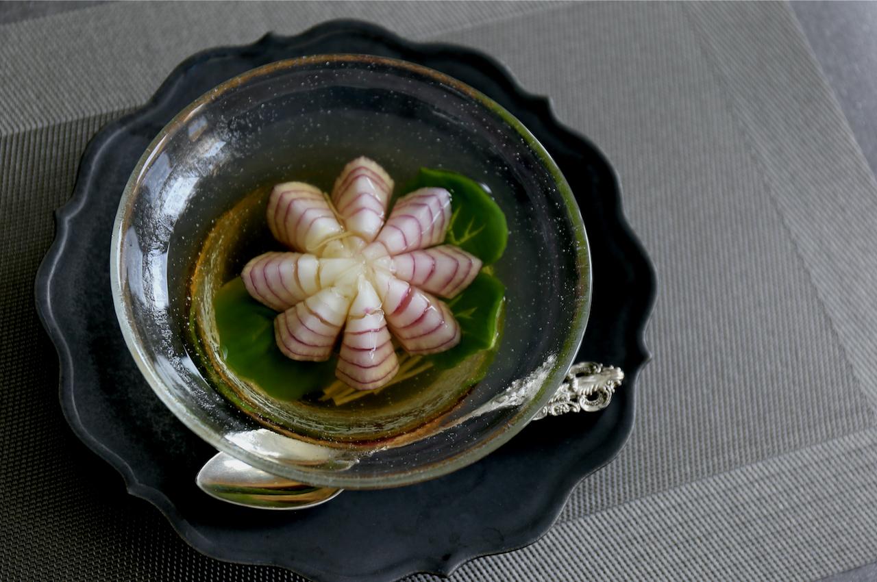 紫玉ねぎで作る蓮の花スープ