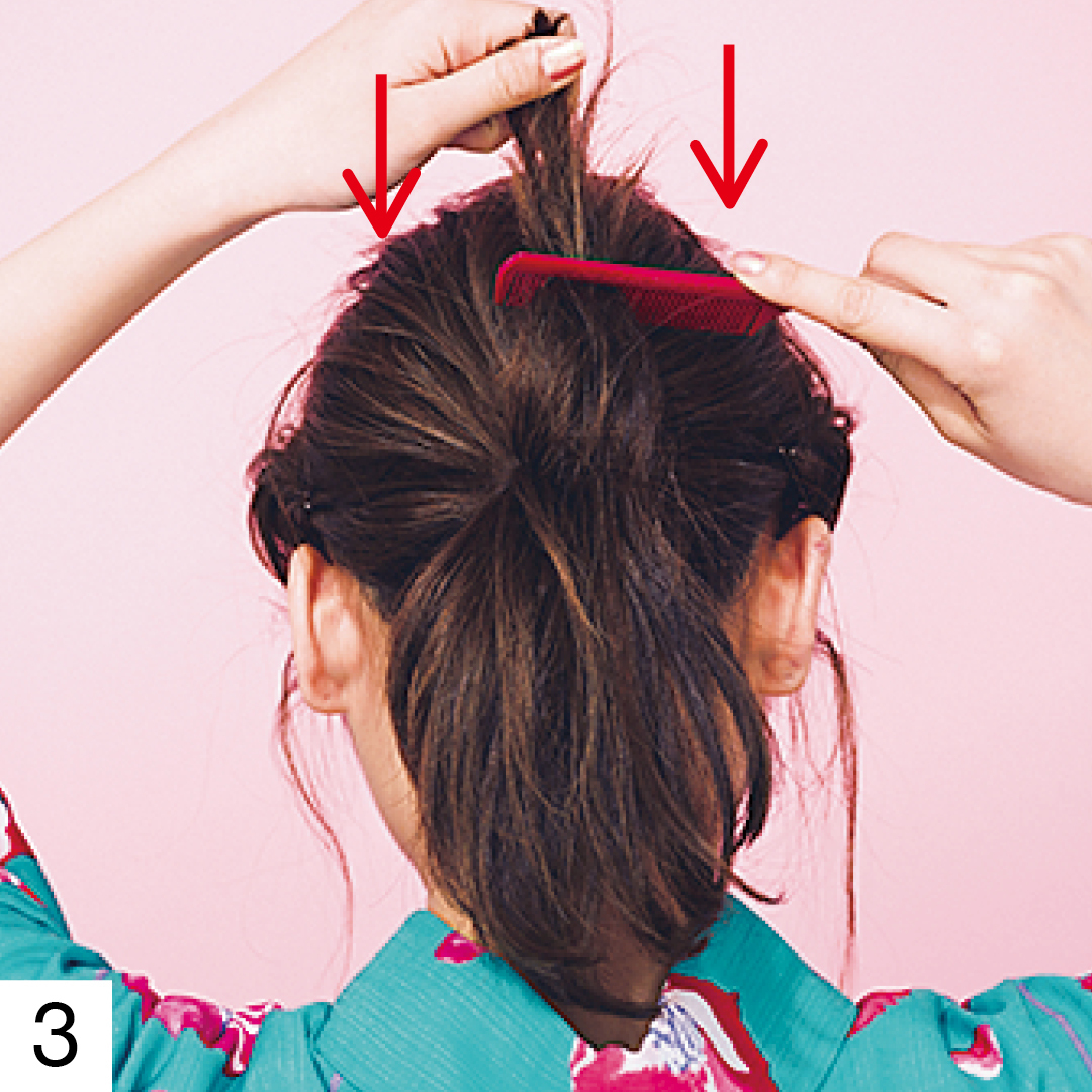 結んだ髪は逆毛を立ててボリュームを出す。毛先を持ち、結び目に向かってとかすようにコームを動かして。一度にやろうとせず、3回くらいに分けてやるとうまくいくよ。