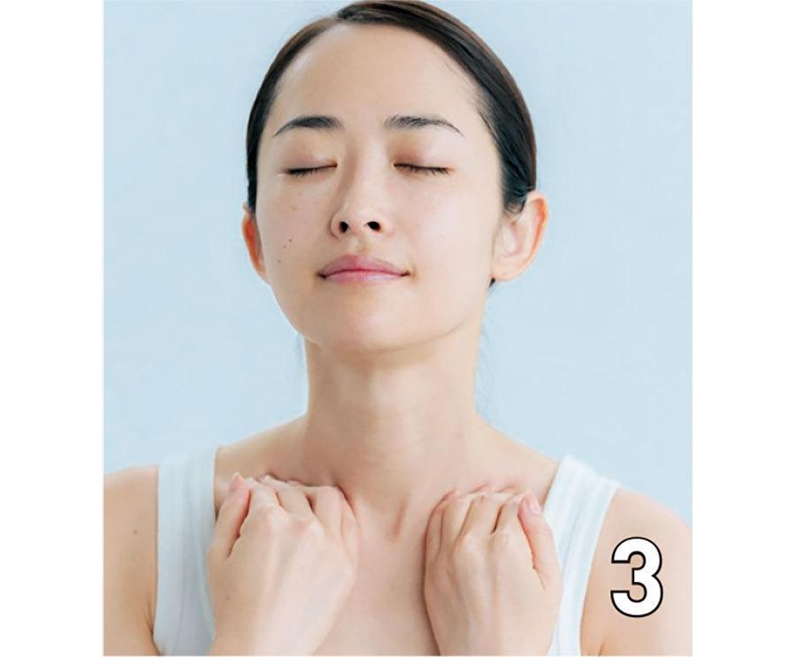 耳横まで流したら、そのまま首すじを通って、鎖骨まで軽くプッシュしながら流す。この1〜3 の動作を3回繰り返す。よどみが取れて、うるおい受け入れ態勢も万全に。