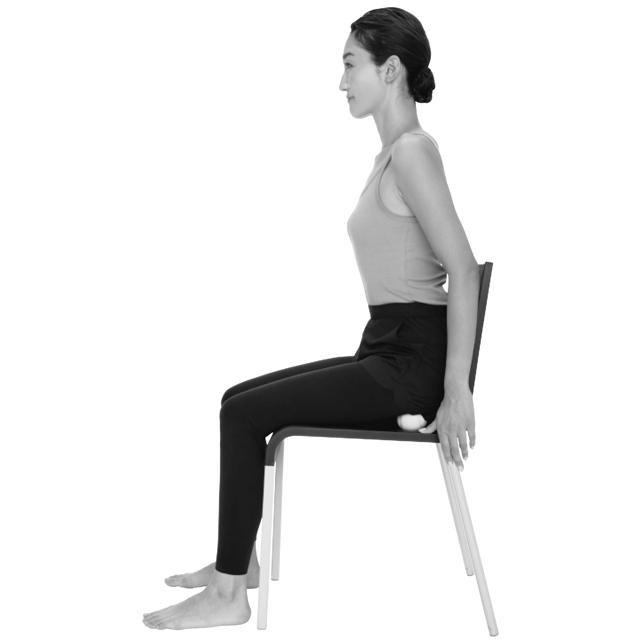 椅子の座面に座骨が当たるよう骨盤を立てて座る