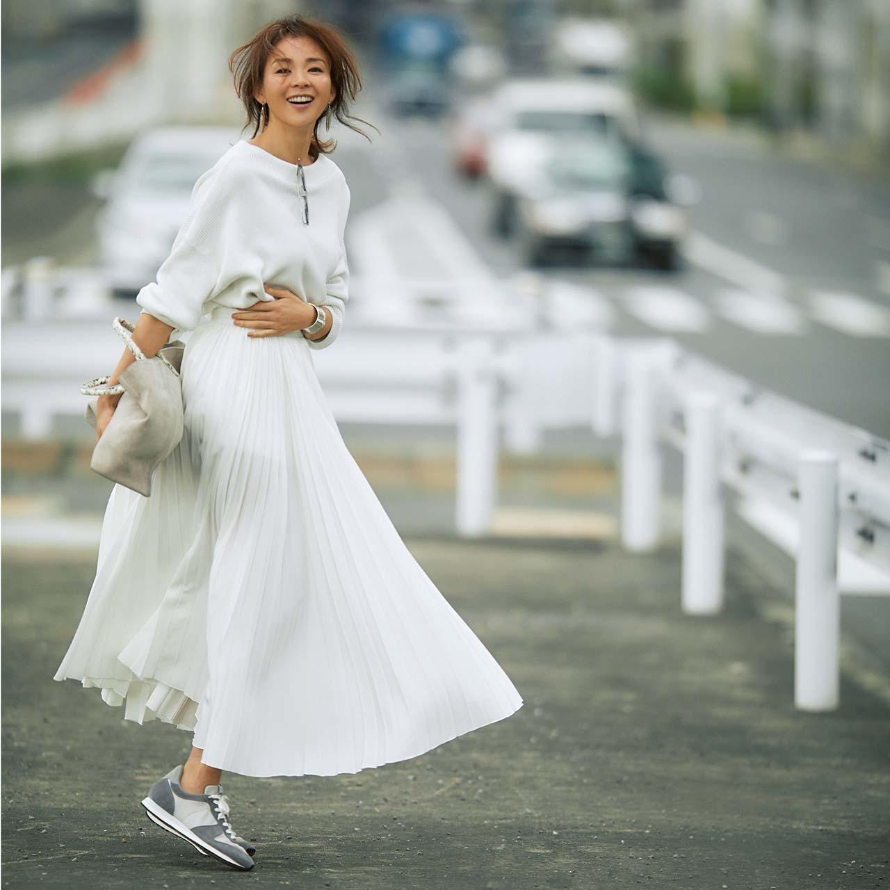 白ニット×ロングプリーツ白スカートコーデ
