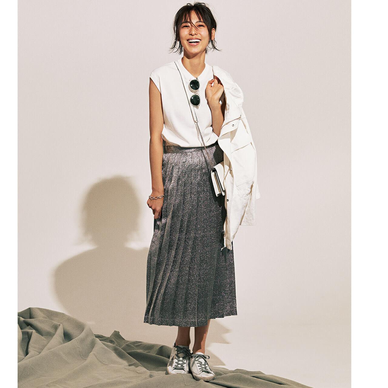 ■白ニット×シルバーのプリーツスカートコーデ
