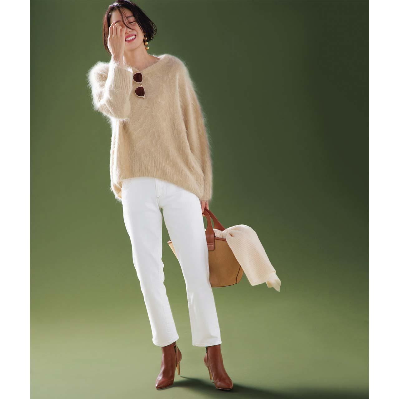ふわふわなモヘアニット×白デニムパンツコーデを着たモデルの竹内友梨さん