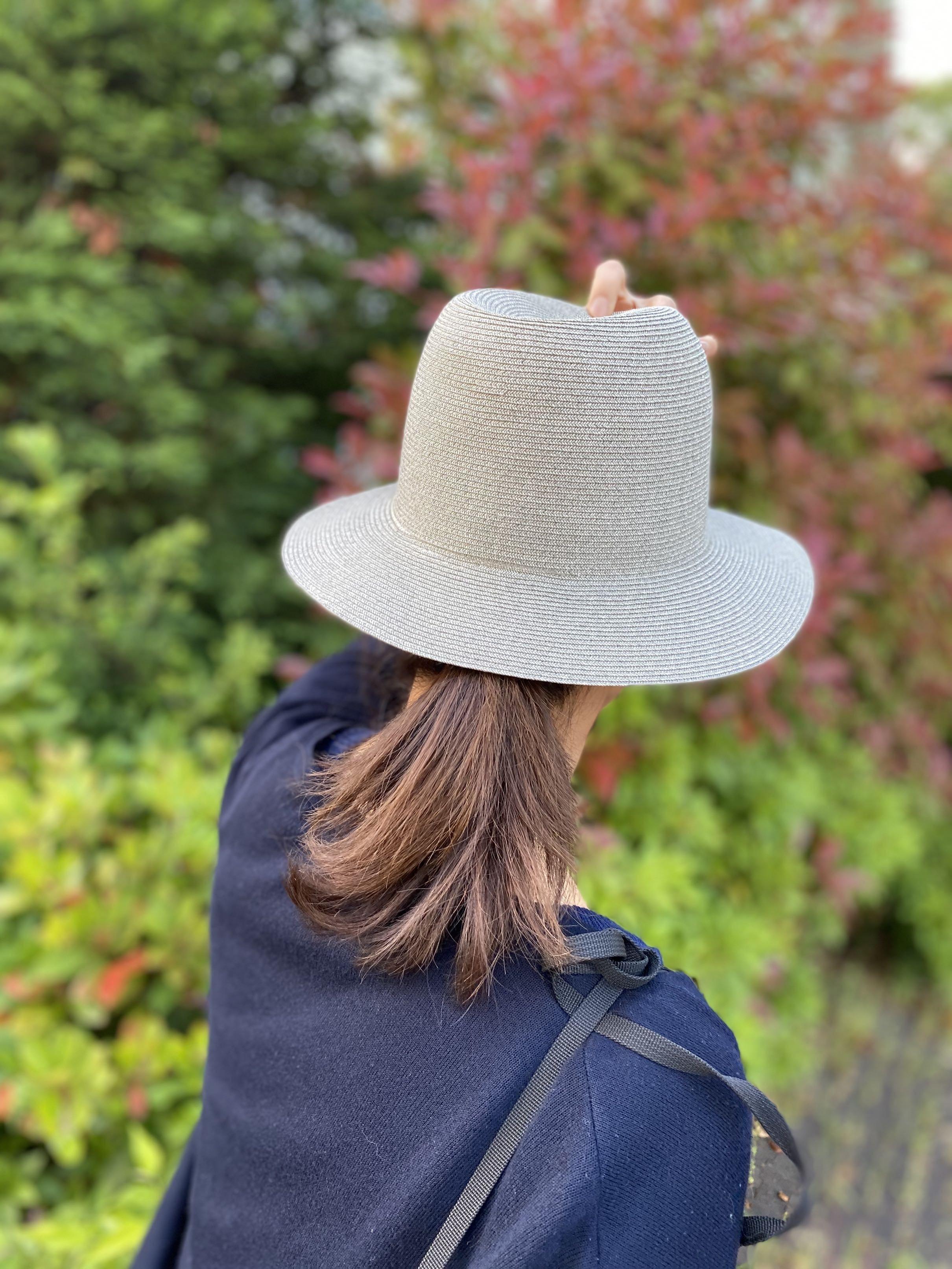 初夏の日差しにサングラスと帽子_1_4