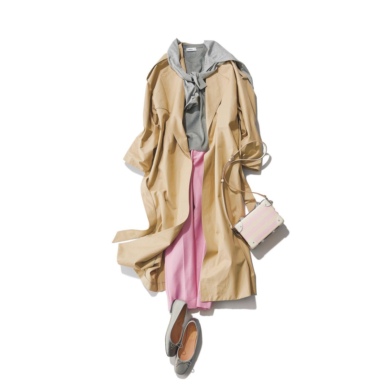 ピンクの細身パンツ×トレンチコート&グレー色ニットのファッションコーデ
