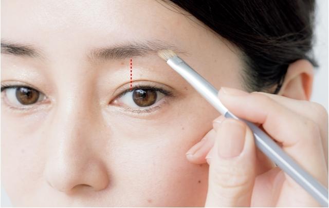 淡色パウダーで基本の眉の形を描く