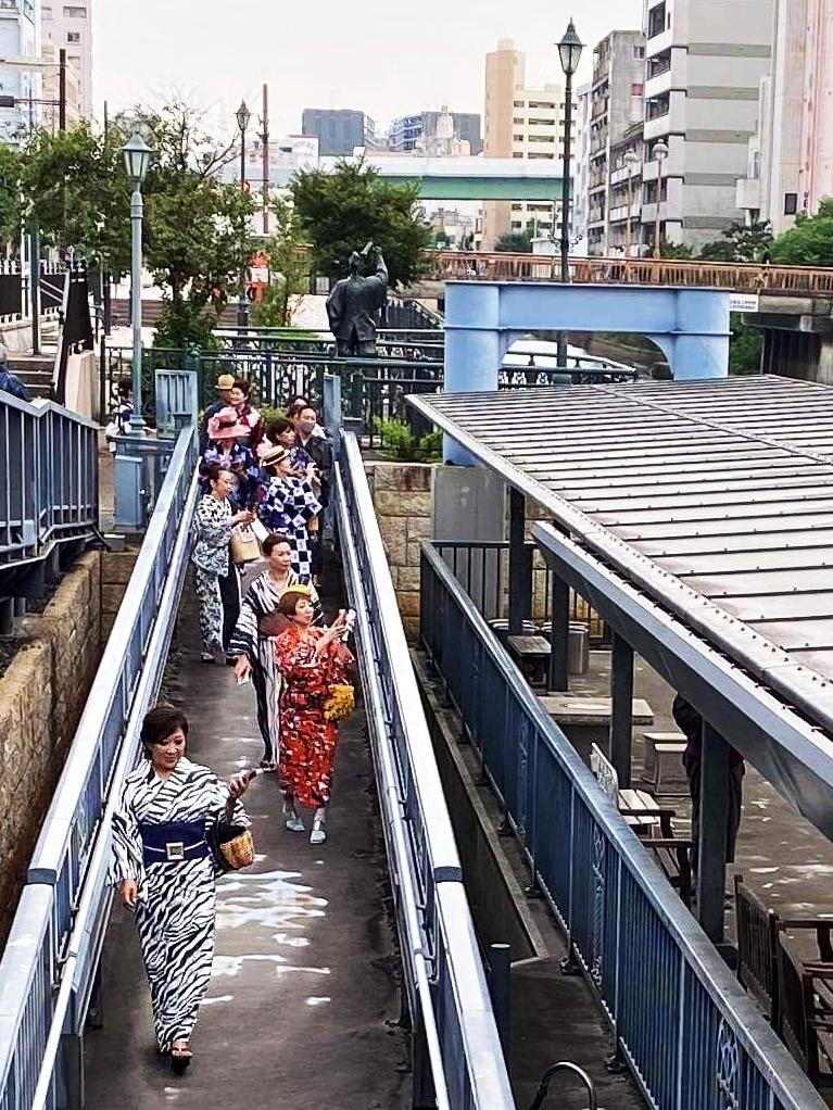 オリンピック柄のピクトグラムの浴衣でお船遊び_1_1