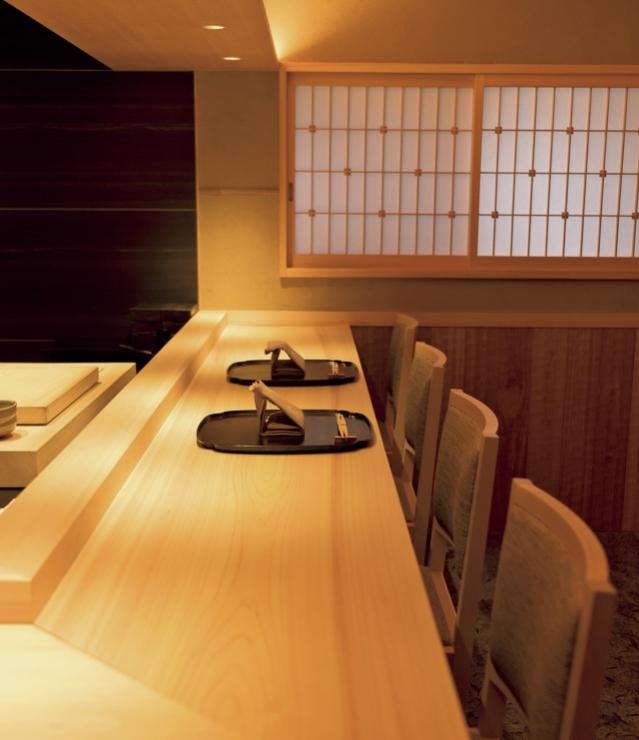 樹齢200年の吉野檜のカウンター。器の美しさも必見