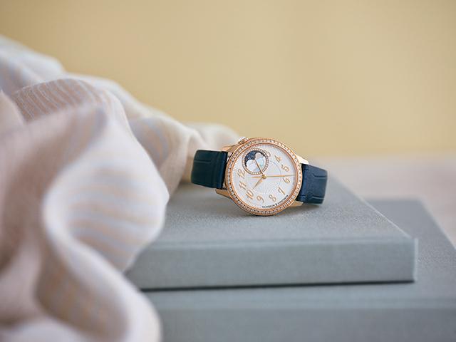 時計「エジェリー・ムーンフェイズ」(37mm径、PG×D×MOP、自動巻き、ムーンフェイズ、3色のアリゲーターストラップつき)¥3,500,000[予価]/ヴァシュロン・コンスタンタン