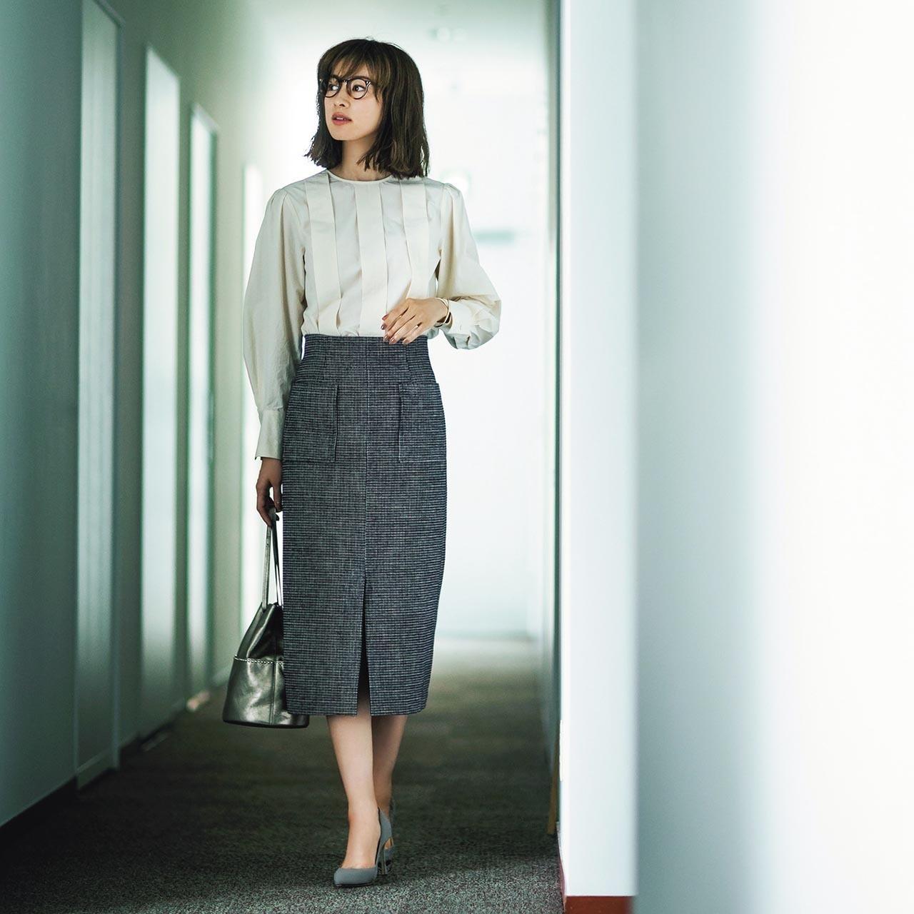 デザイン・ブラウス×ドビー・チェック柄スカートコーデを着用した高垣麗子