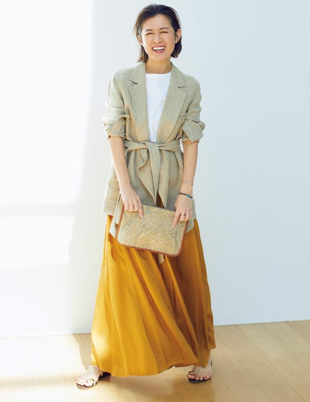 ダスティなベージュのジャケットをつなぎ色にしたコーデの大草直子さん