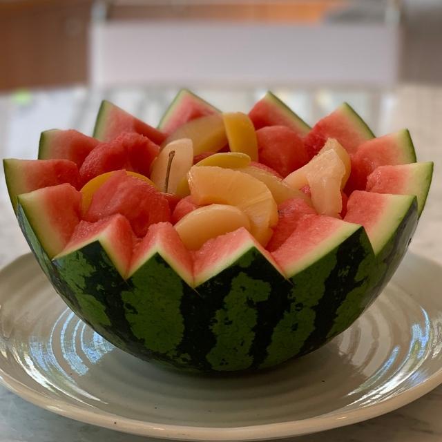 くり抜いた西瓜とフルーツを盛り付ける