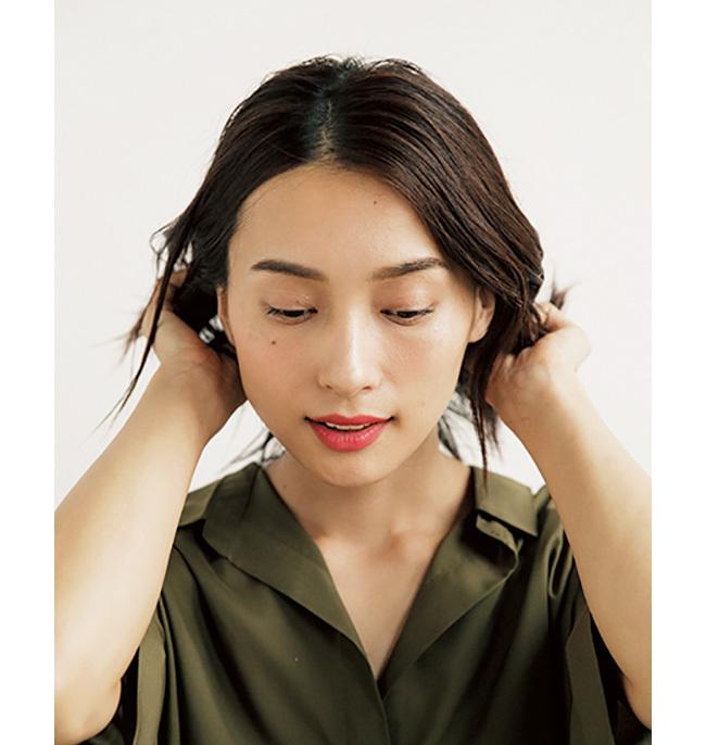 大ぶりピアスをつける日は耳をすっきり見せたスタイリングに【40代のヘアアレンジ】_1_2-1