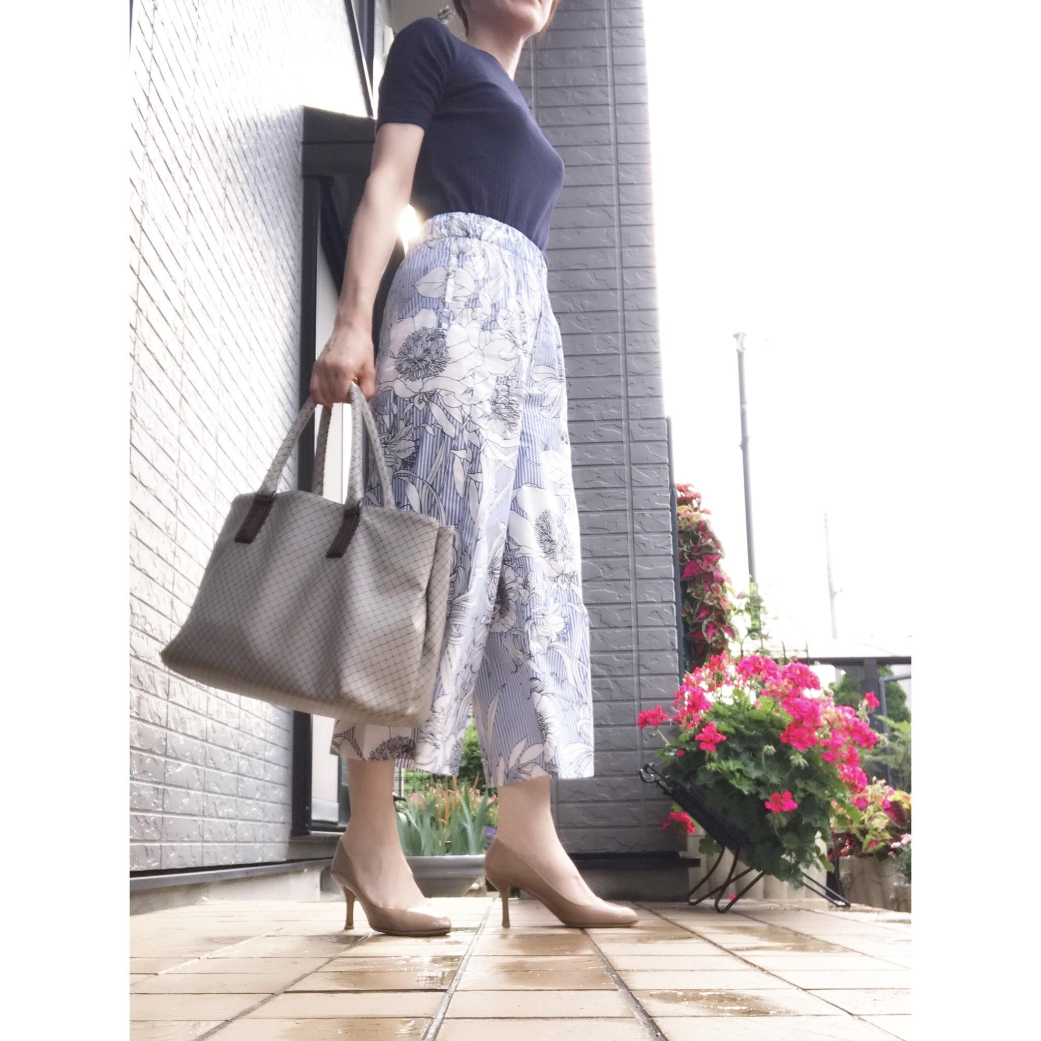 リアル通勤コーデ。月末でバタバタしそうな水曜日は花柄パンツで涼しげに!_1_1