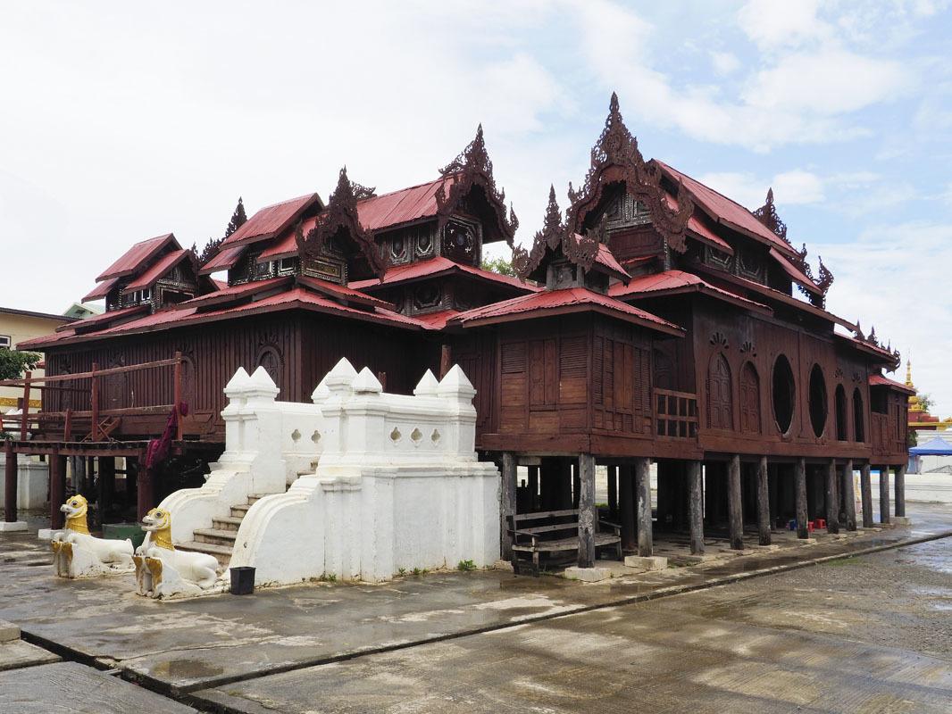 インレー湖の玄関、ニャウンシェ近くに建つ総チーク造りのシュエヤンピェー僧院。