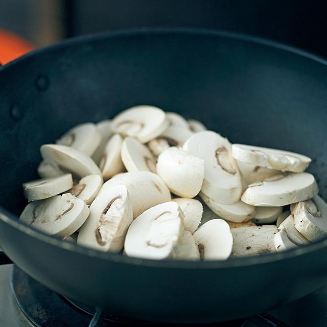 炒めた魚の上にマッシュルー ムをのせて蒸し焼きに