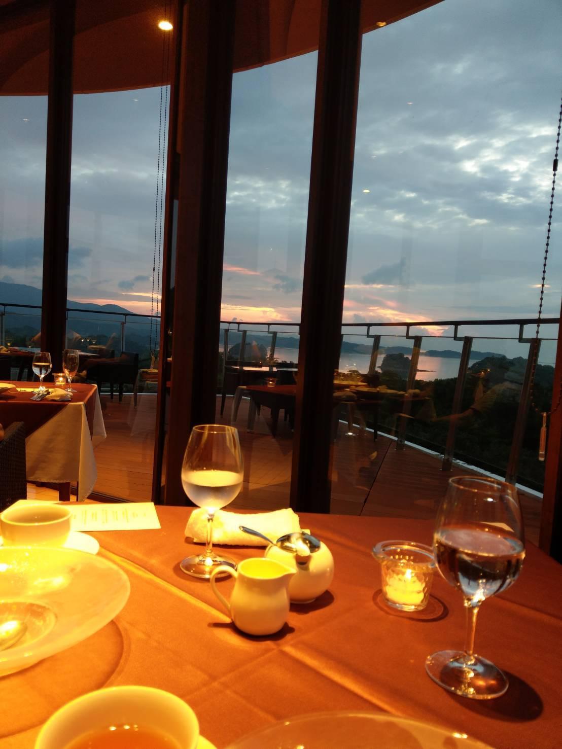 海を一望できるリゾートホテルの絶景レストランにて