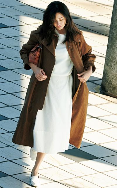 ブラウンのリネンコートを着るRINA
