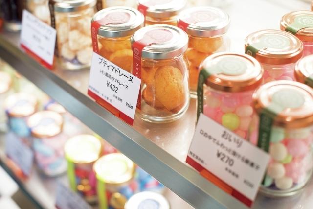 プリンのほか、ティラミスやサバランなどの生菓子、マドレーヌなどの焼き菓子もボトルスイーツとして販売。組み合わせてギフトにも