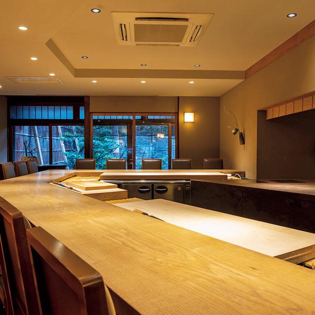 調理風景を楽しめるカウンターや庭を借景にするテーブル個室など