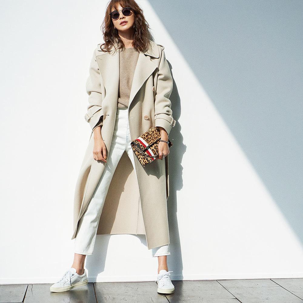 ファッション ベージュコート×白スニーカーコーデ