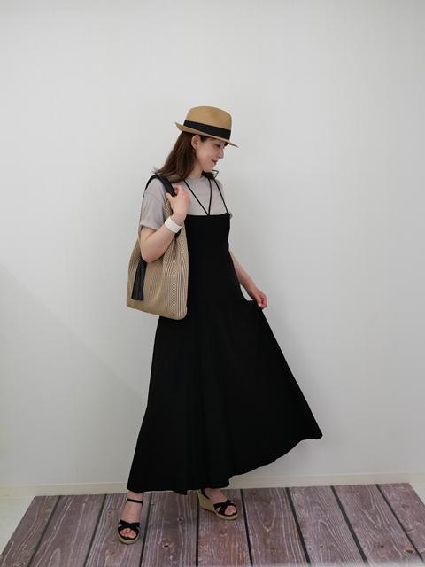 ZARAリネンワンピースにTシャツ&帽子&黒サンダルをコーディネート