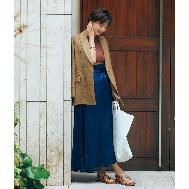 ジャケットとサテンスカートのコーデ モデル・五明祐子