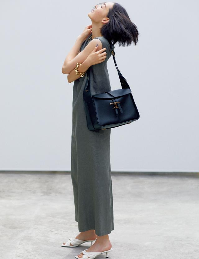 サイズ感も形も新鮮。黒バッグが装いの主役に