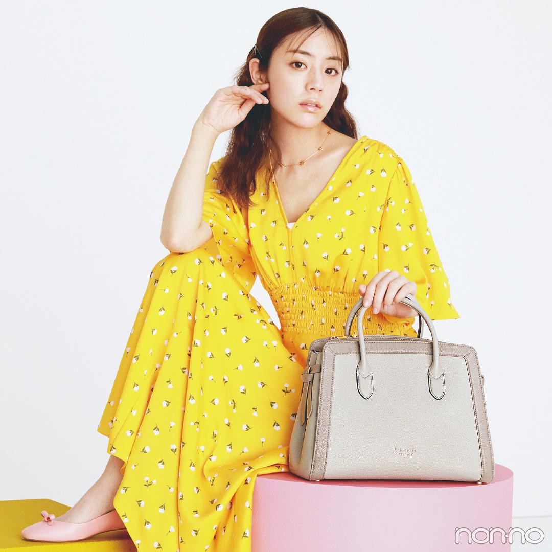 ケイト・スペード ニューヨークのバッグを持つ貴島明日香