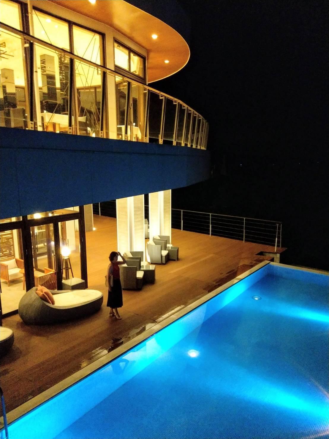 天草の海に突き出すロケーションのホテル。海と一体になるプールも素敵!