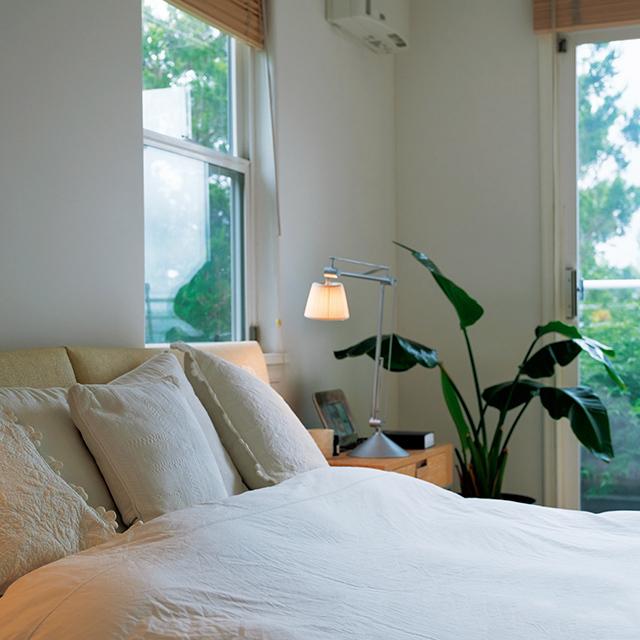 ベランダの緑が眩(まぶ)しい寝室