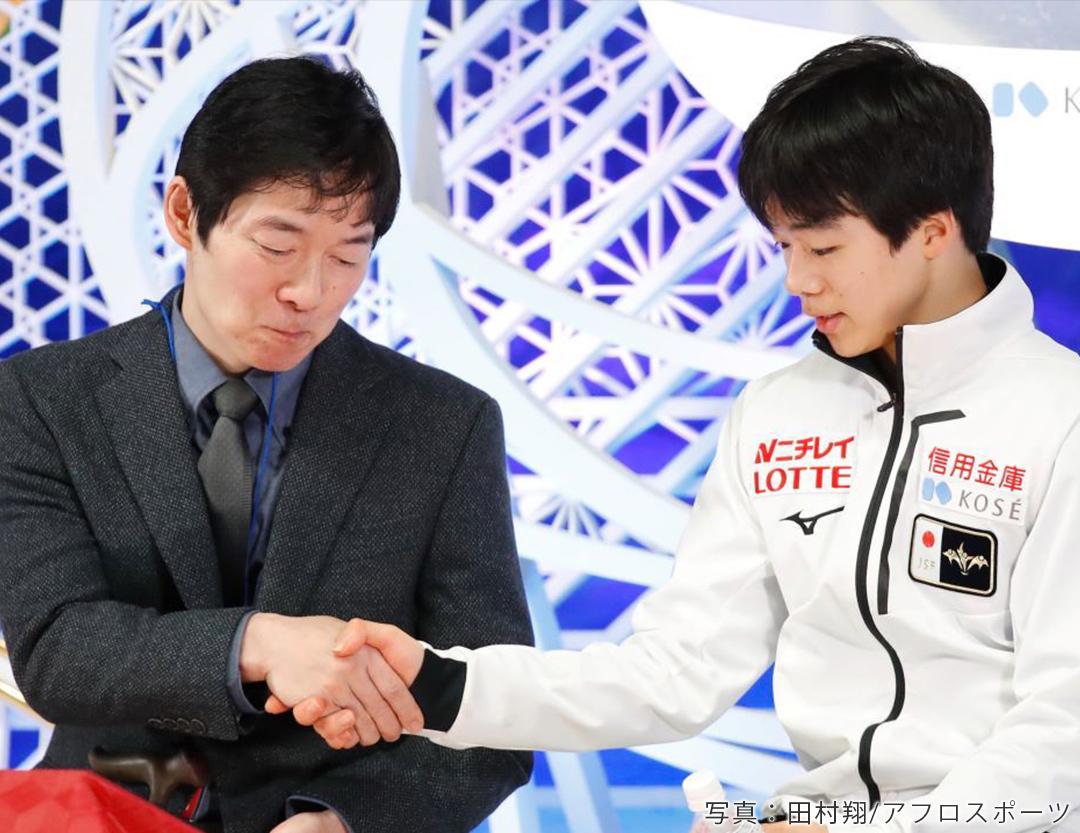 実の父でオリンピック出場経験もある正和コーチと、フィギュアスケート男子シングル鍵山優真選手がキス&クライで握手を交わす様子