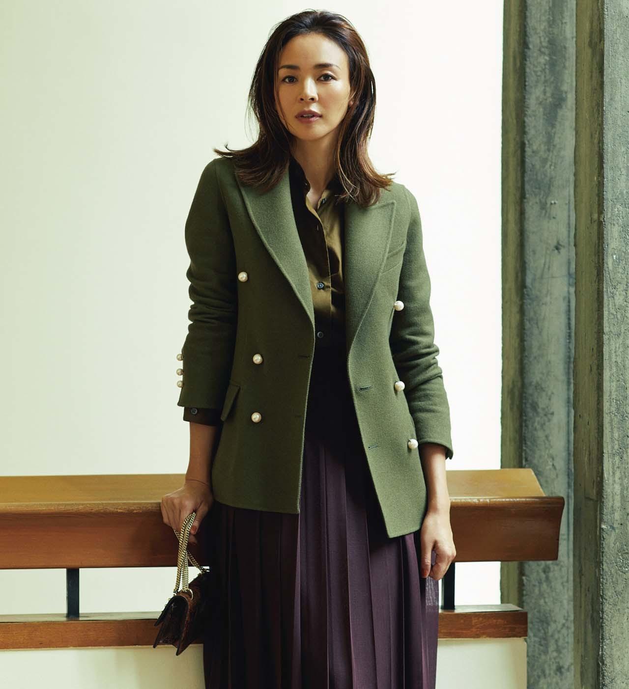 ジャケット×ダークブラウンのロングプリーツスカートコーデを着たモデルのSHIHOさん