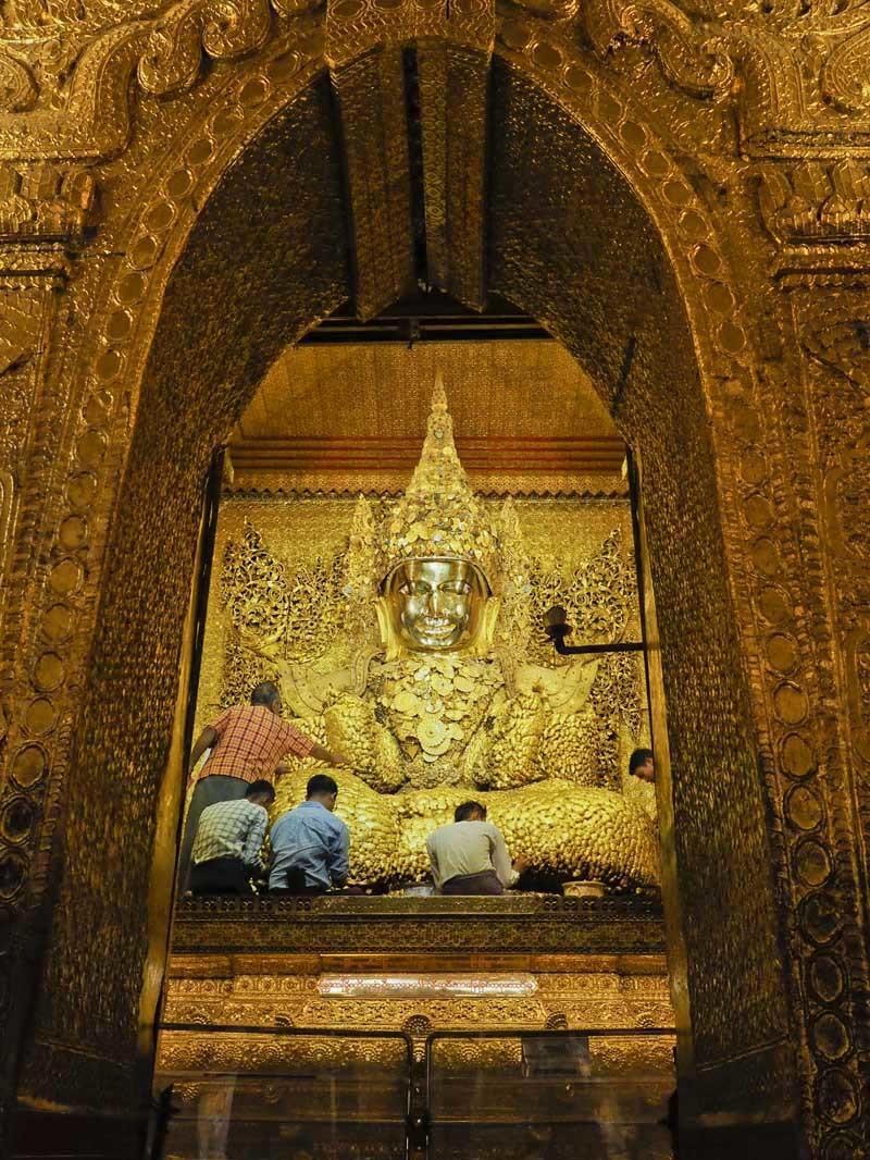 <ミャンマーの旅>マンダレー信仰の要、マハムニ仏に手を合わせる(マンダレー①)_1_4-3