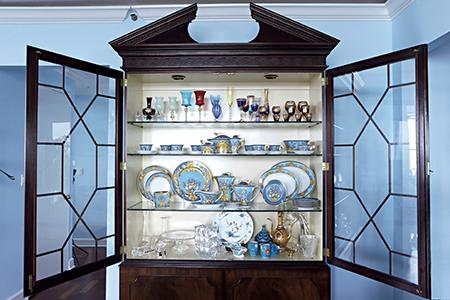 大好きなブルーと重厚で伝統的な家具との融合 和央ようかさんの人生最高に「好き」な家 五選 _1_2-4