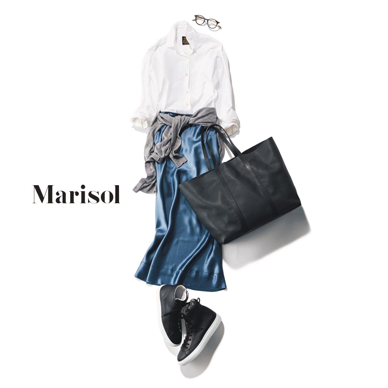 40代ファッション 白シャツ×光沢ブルーマキシスカート×スニーカーコーデ