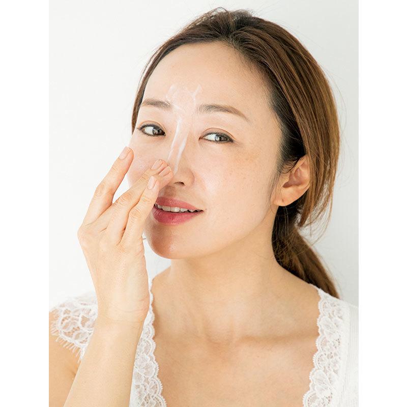 1.クレンジングは皮脂分泌の多いTゾーンから始める。額、鼻、小鼻の順にクルクルと