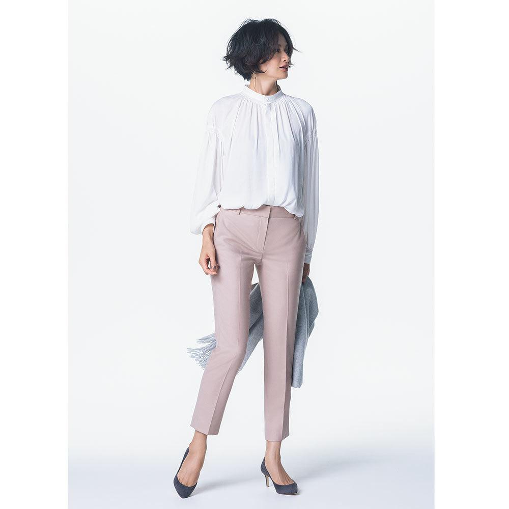 ダスティピンクパンツ×白ブラウスのファッションコーデ
