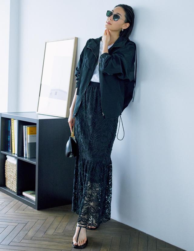 マキシ丈のナロースカートとトングサンダルコーデのLIZA