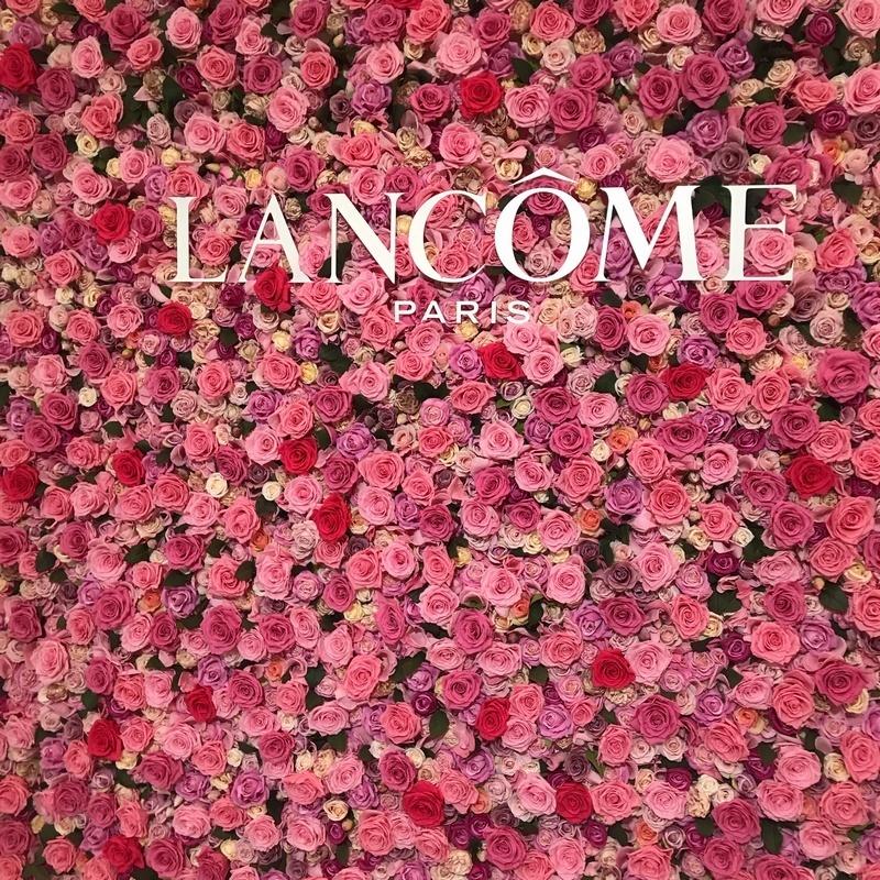ランコムのイベントの会場内のバラの壁