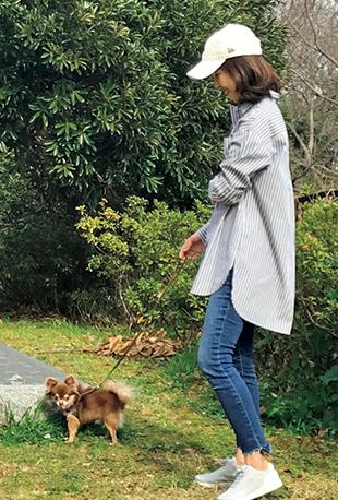近所の公園へ日課の愛犬のお散歩に。「小さいわりにはよく歩く元気な子なのですが、スニーカーのおかげで快適でした」