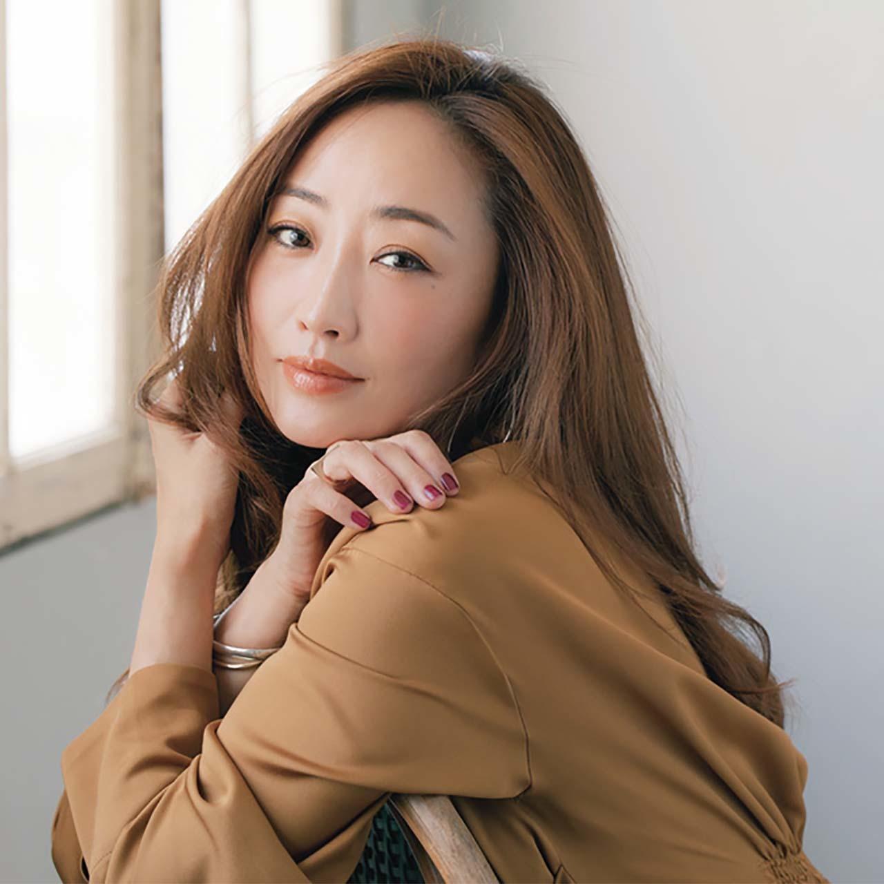 秋の新色コスメでメイクをした美容家の神崎恵さん