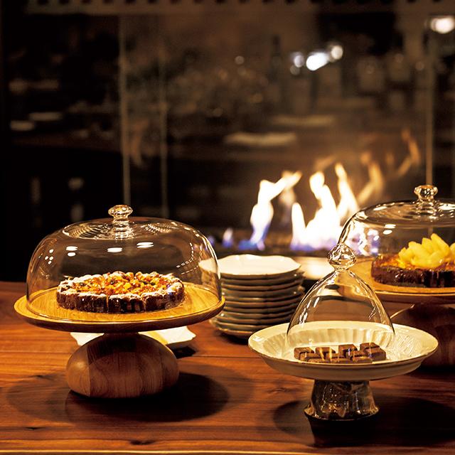 アートや本、暖炉を備えたゲストハウスのような空間の中、朝から晩まで食事やドリンクを提供