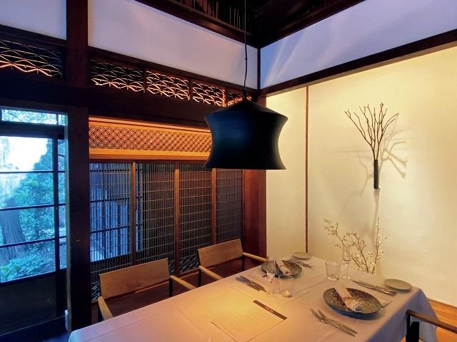 北鎌倉に本店を構える『タケル・クインディチ』が、新たに『アロマフレスカ』の元料理長を迎えたイタリアンレストラン。古い邸宅の意匠を可能なかぎり生かしている