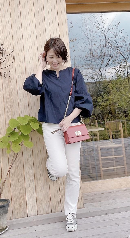 定番デニムを白に変えて、手持ちの服や小物も新鮮なコーディネートに。_1_1